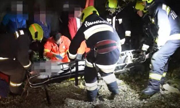 Látványos mentőakció: tűzoltók hozták fel a budai szakadékba esett férfit + videó+!